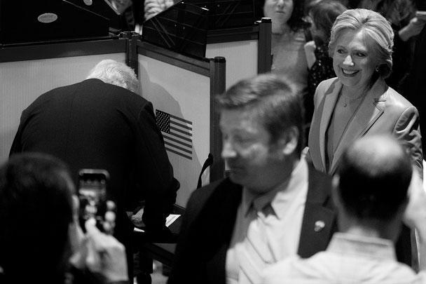 По первоначальным данным, Хиллари Клинтон лидировала со значительным отрывом. Так, New York Times прогнозировала, что именно экс-госсекретарь станет новым президентом. Чуть позже то же издание отдало пальму первенства Трампу