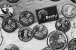 Коллекционерам достанется богатый выбор наглядной агитации – значки с изображением кандидатов, в том числе пародийные (на одном из них – Трамп и антигерой кампании Клинтон, фигурант секс-скандала Энтони Винер). Пожалуй, самый редкий экземпляр – магнит с изображением Берни Сандерса, который мог бы «зажечь» кампанию демократов, но сошел с дистанции(фото: Adryel Talamantes/Zuma/Global Look Press)