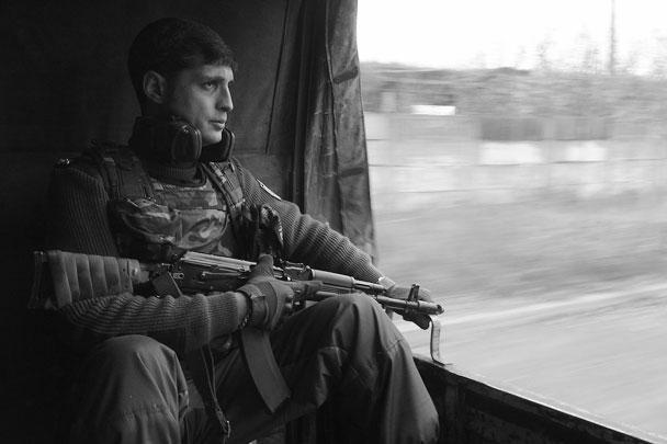 Командир подразделения «Сомали» после боев осматривает взятую под контроль территорию донецкого аэропорта