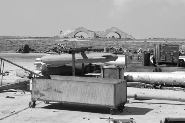 Изначально сообщалось, что американцы практически сравняли с землей базу Шайрат, однако затем ее сотрудники сообщили, что эти оценки преувеличены