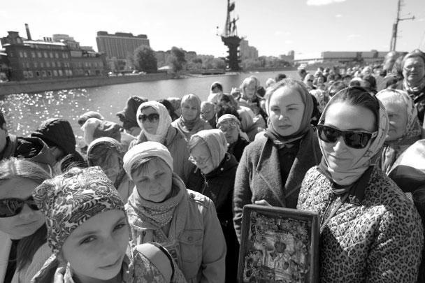 В первый же день к мощам, выставленным в храме Христа Спасителя, выстроилась полуторакилометровая очередь – от Крымского моста по Пречистенской набережной к храму
