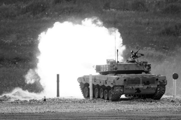 Экипаж танка Type-96B команды Китая вышел на огневой рубеж соревнований по танковому биатлону в рамках Армейских международных игр «АрМИ-2017»