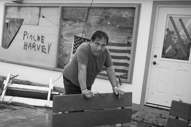 На Техас обрушился ураган «Харви», подтверждена гибель двух человек, десятки жителей штата пропали без вести. «Харви» затронул пять наиболее густонаселенных районов Техаса, по предварительным подсчетам, повреждено 232 тыс. 721 дом. На ликвидацию последствий может потребоваться около 40 млрд долларов