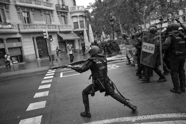Испанская прокуратура осталась недовольна каталонской полицией и намерена принять меры в связи с тем, что ее представители не стали препятствовать открытию участков для голосования, сообщили местные СМИ