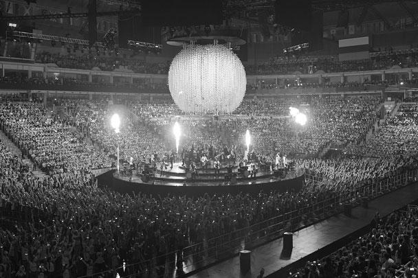 В церемонии закрытия принял участие рок-оркестр под управлением Александра и Никиты Поздняковых, который исполнил современные хиты в своей аранжировке, молодые поэты, а также танцоры. Перед началом шоу всем зрителям раздали светящиеся браслеты, которые централизованно включались в нужные моменты представления