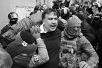 Экс-президент Грузии, бывший губернатор Одесской области, а ныне украинский оппозиционер Михаил Саакашвили был задержан Службой безопасности Украины при весьма эффектных обстоятельствах. Захват Саакашвили вылился в массовые беспорядки. В это же время киевские власти готовятся представить «сенсационные доказательства» того, что «Михомайдан» якобы спонсировался из Москвы(фото: Valentyn Ogirenko/Reuters)