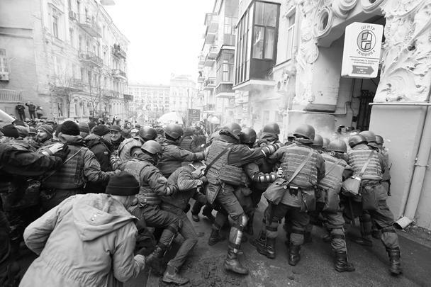 Началась потасовка, после которой сторонники Михаила Саакашвили призвали оппозиционеров выйти на митинг. «Украинцы, поднимаемся, не дадим этой власти преступников и предателей господствовать в Украине и уничтожать нас!» – заявил один из сторонников Саакашвили