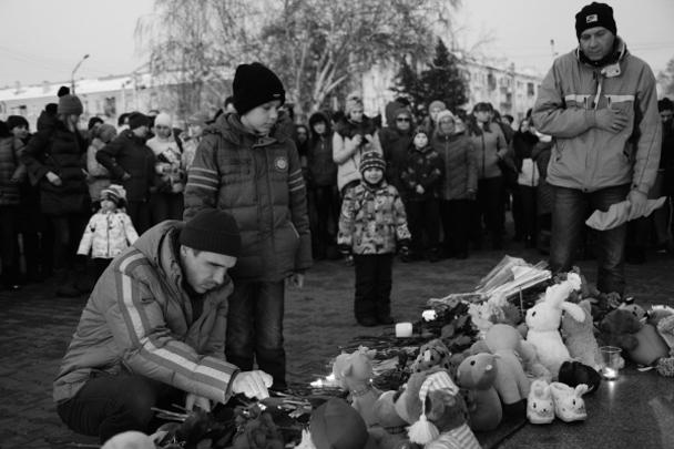 В Барнауле, от которого до Кемерово всего три сотни километров (что совсем немного по сибирским меркам), люди собрались на центральной площади Победы. Как и во многих других городах, к импровизированному мемориалу несут цветы и детские игрушки