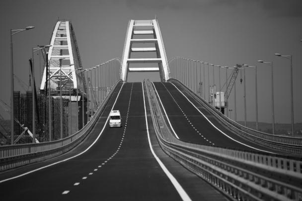 Конструкция моста держится на 595 опорах, две самые мощные установлены на фарватерах и обеспечивают судоходный коридор