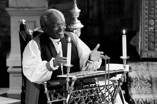 В свадебной церемонии принимали участие несколько священников. Епископ епископальной церкви из Чикаго Майкл Карри эмоционально размахивал руками, кричал и вращал глазами и почти в каждом предложении повторял слово «любовь»