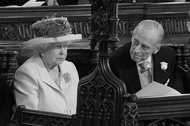 Если появление на свадьбе королевы Елизаветы II никем не ставилось под сомнение, то присутствие принца Филиппа оставалось под вопросом до последнего момента, так как недавно он перенес операцию на бедре