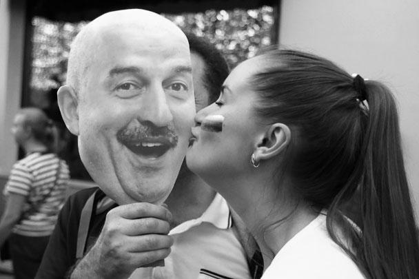 Болельщица сборной России целует маску с изображением главного тренера сборной России по футболу Станислава Черчесова