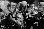 Полиция в американском городе Портленд применила светошумовые гранаты для разгона участников акций протеста, несколько человек были задержаны (фото: Bob Strong/Reuters)