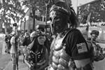 Участники протестов с обеих сторон творчески подошли к экипировке. В результате события напоминали сражения героев американских комиксов (фото: Jim Urquhart/Reuters)