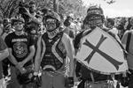 Участники протестов с обеих сторон творчески подошли к экипировке. В результате события напоминали сражения героев американских комиксов (фото: Diego Diaz/Zuma/ТАСС)