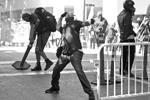 Городская полиция опубликовала снимки конфискованных у участников акций протеста бейсбольных бит, складных ножей, палок, пульверизаторов с газом и шумовых гранат. Число задержанных и пострадавших пока не сообщается (фото: Bob Strong/Reuters)