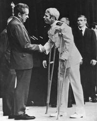 Историческое рукопожатие Никсона<br> (фото: Harvey Georges/AP/ТАСС)