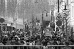 Традиционно главные празднества происходят в центре города. Большая Дмитровка привлекла людей необычными красочными инсталляциями (фото: Станислав Красильников/ТАСС)