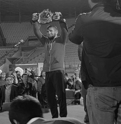 Хабиб Нурмагомедов на стадионе во время встречи с болельщиками – со своим чемпионским поясом