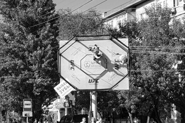 Выбей зубы цыпленку. Такая надпись содержится на рекламном плакате на одной из улиц Махачкалы. В надписи – явный намек на бой Нугмагомедова и Макгрегора
