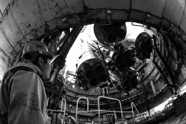 Ракета-носитель «Союз-ФГ» с пилотируемым кораблем «Союз МС-10» была установлена на стартовый стол первой «Гагаринской» стартовой площадки космодрома Байконур