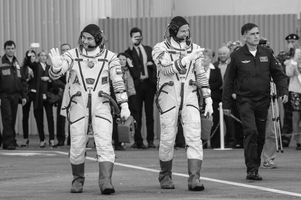 Члены основного экипажа МКС-57/58 космонавт Алексей Овчинин и астронавт НАСА Ник Хейг машут собравшимся перед стартом ракеты-носителя «Союз-ФГ»