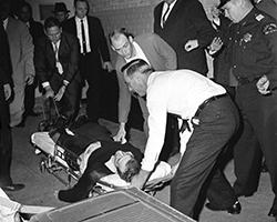 Убийство Ли Харви Освальда Джэком Руби (фото: David F. Smith/AP/ТАСС)