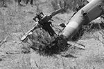 Следственный комитет России опубликовал фото и видео с места гибели летчика Су-24М Олега Пешкова и вертолета спасательной группы в Сирии в 2015 году. На них запечатлены обломки воздушных судов и позиции террористов, с которых они вели огонь по российским военным (фото: twitter.com/sledcom_rf)