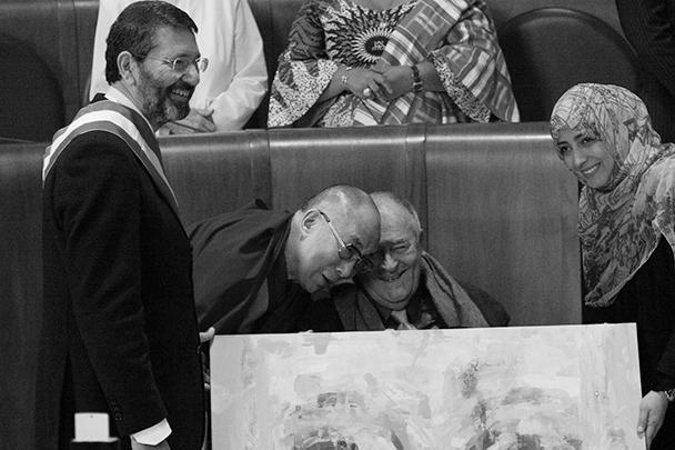 Бернардо Бертолуччи получает награду за свою работу от Далай-ламы. День закрытия Всемирного саммита Нобелевской премии мира в Риме во дворце Кампидольо
