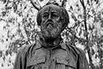 Бронзовый памятник на гранитном постаменте работы скульптора Андрея Ковальчука установлен в сквере на улице Солженицына.  «Я выбрал этот камень, чтобы эмоциональное ощущение от сочетания бронзы и гранита было более острым, – сказал скульптор. – Это сколы, фактически бронза проламывает гранит, получается, что Солженицын ломает ту чуждую для него среду, в которой он находился, с которой он не соглашался. Он прорвался и встал на постамент» (фото: Михаил Метцель/ТАСС)