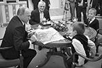 Владимир Путин встретился с Артемом Пальяновым из Ленинградской области. Глава государства подарил тяжелобольному мальчику новогодние подарки, а также организовал для него и его семьи обещанный полет на президентском вертолете (фото: Михаил Метцель/ТАСС)