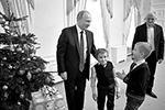 Вместе с Артемом на встречу с президентом пришли его брат и отец (фото: Михаил Метцель/ТАСС)