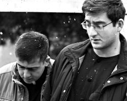 Сыновья первого президента Грузии Георгий и Цотне Гамсахурдиа (слева направо) во время панихиды по Звиаду Гамсахурдиа в его доме в Тбилиси (фото: Александр Климчук/ТАСС)