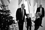 Артем Пальянов из Ленинградской области, тяжелобольной мальчик, рассказал Путину о впечатлениях от недавнего полета на вертолете над Петербургом. Артем болен несовершенным остеогенезом – неизлечимой болезнью, при которой кости становятся ломкими, как говорят, «хрустальными». Он давно мечтал увидеть Северную столицу с высоты птичьего полета. Ранее на Международном форуме добровольцев президент обещал исполнить его мечту – и выполнил свое обещание (фото: Алексей Никольский/РИА «Новости»)