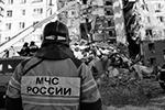 Спасателям приходится вручную убирать конструкции, которые угрожают проведению работ (фото: МЧС РФ)