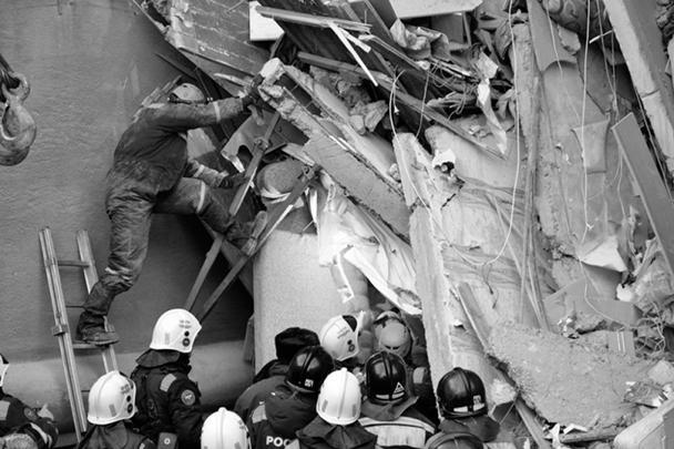 Президент Владимир Путин, побывавший на месте ЧП через несколько часов после инцидента, поблагодарил спасателей за самоотверженную работу на месте обрушения дома