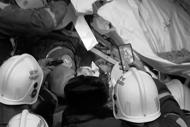 В ходе спасательной операции, по словам спасателей, произошло настоящее чудо – удалось достать живым из-под завалов 11-месячного мальчика