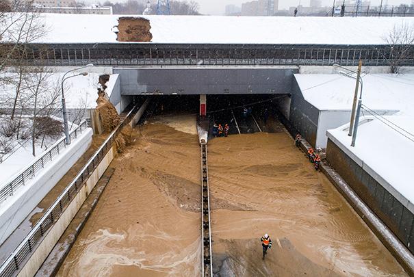 Смесь грязи и воды в Тушинском тоннеле идет сплошным потоком