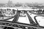 Движение по Волоколамскому шоссе в сторону области от станции метро «Сокол» перекрыто, водителям предлагают объездные пути (фото: Сергей Бобылев/ТАСС)