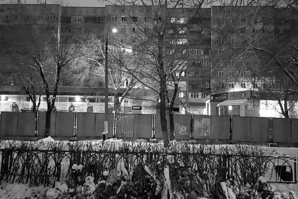 Если выйти на проспект Карла Маркса ночью и посмотреть на дом 164 не со двора, а с фасада – может показаться, что все в порядке