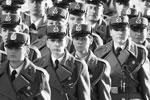 В рядах почетного караула сербской гвардии служат и женщины (фото: Stoyan Nenov/Reuters)