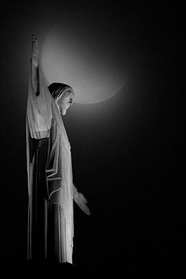 Кровавая луна над статуей Христа-Искупителя в Рио-де-Жанейро