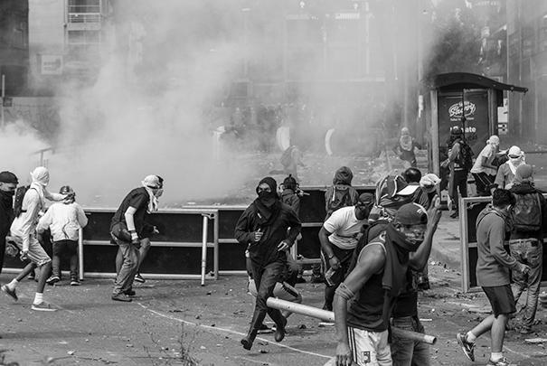 Противники власти возвели на улицах столицы баррикады и вступили в драку с сотрудниками полиции, применяя подручные средства