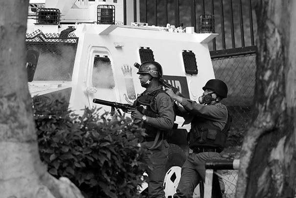 Сотрудники правоохранительных органов разгоняют манифестантов дымовыми шашками и слезоточивым газом. Боевое оружие пока, насколько известно, не применяется