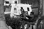 Сотрудники правоохранительных органов разгоняют манифестантов дымовыми шашками и слезоточивым газом. Боевое оружие пока, насколько известно, не применяется (фото: Carlos Garcia Rawlins/Reuters)