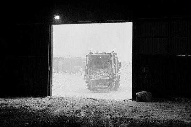 Оранжевые грузовики – одно из немногих цветных пятен на белой от снега Териберке. Все остальное, что осталось, либо помнится из кино Андрея Звягинцева, либо черное, либо серое
