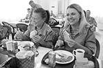 Женщины-военнослужащие в столовой военной авиабазы Хмеймим (фото: Дмитрий Виноградов/РИА Новости)