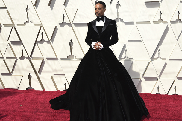 Актер и певец Билли Портер пришел на церемонию вручения премии «Оскар» в пышном платье, дополненном коротким пиджаком