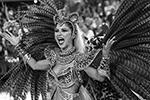 Участники парада не только танцуют, но и поют. Каждую колонну сопровождает собственный оркестр (фото: Antonio Lacerda/EPA/ТАСС)