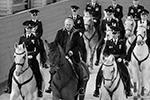 В расположении полка президент проехал по манежу. Для него вывели гнедого коня, после президент сел в седло и сделал несколько кругов. Всего в выезде участвовали 17 лошадей, большинство из них, кстати, белые (фото: Михаил Метцель/ТАСС)